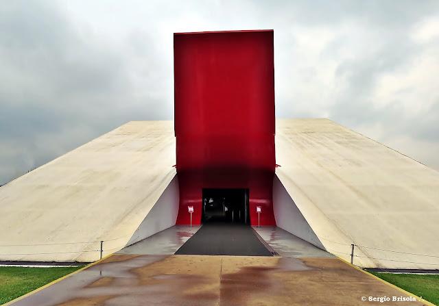 Visão frontal do Auditório Ibirapuera e a Labareda - São Paulo