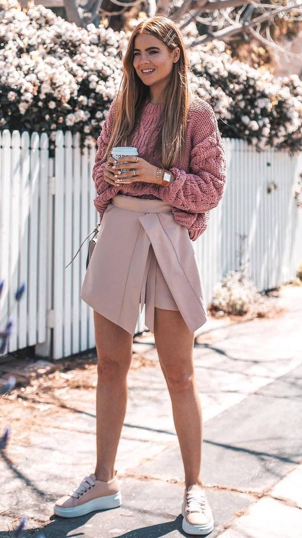 awesome fall outfit / pink oversized sweater + blush skirt + sneakers