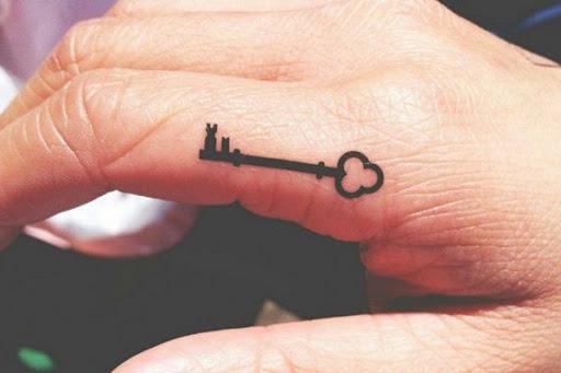 O Dedo Tecla De Tatuagem