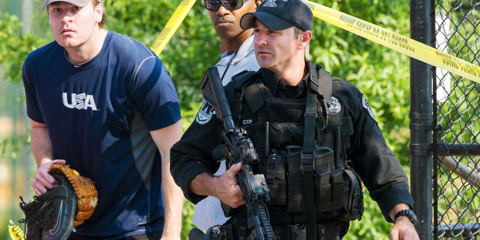 Hier Sieht Man Wie Ein Völlig Verängstigter Politiker In Der  Baseball Bekleidung Von Der Polizei Beschützt Wird: