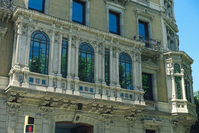 グラン・ビア通り583の建物(Edifici Gran Via, 583)