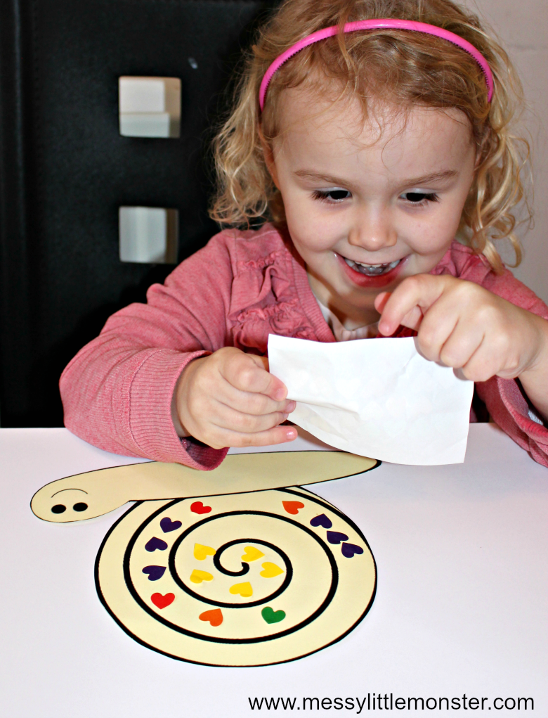 A snail fine motor skills craft for kids using stickers and a free snail printable template. A great bug activity idea aimed at toddlers and preschoolers.rs and preschoolers.