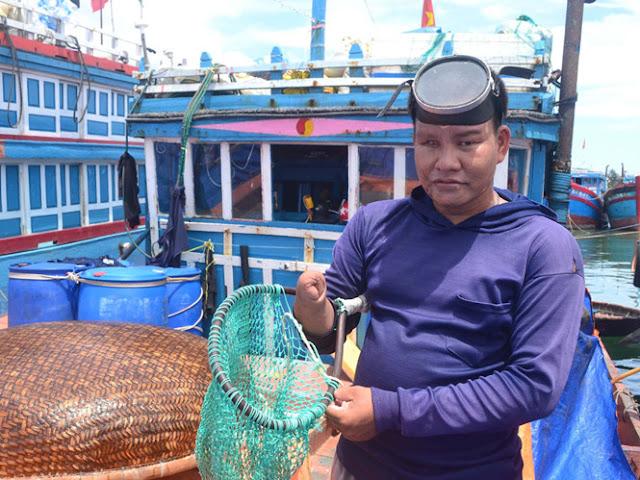 Dù thân thể không lành lặn nhưng thợ lặn Bùi Văn Chung vẫn miệt mài bám biển Hoàng Sa