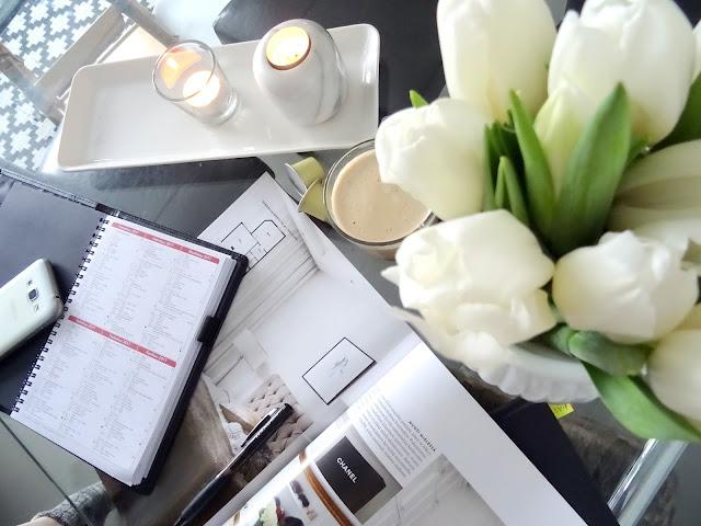 Tulppaaneja Avotakka kahvia viikkokalenteri