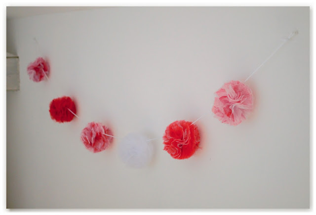guirlande de pompons en tulle rouge et blanc