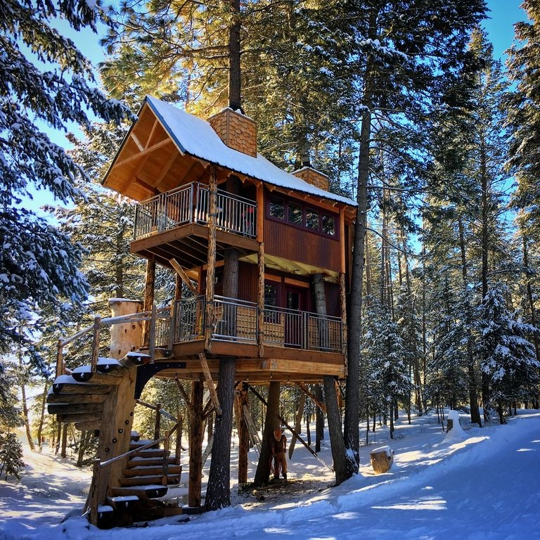 01-The-House-in-the-Winter-HomeAway-Montana-Tree-House-close-to-the-Glacier-National-Park-www-designstack-co