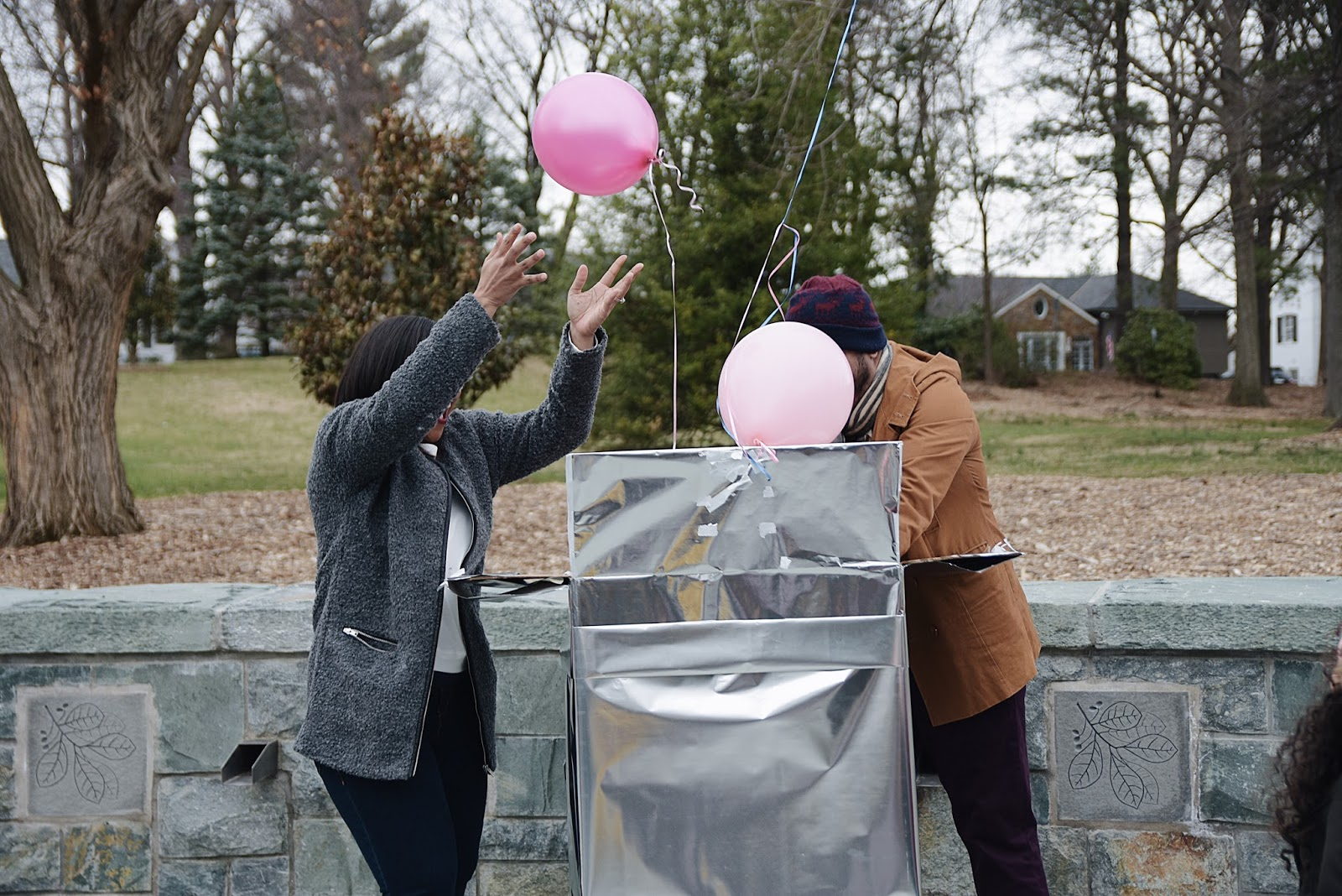 Baby gender reveal ideas, it's a girl, baloons gender reveal, mom bloggers