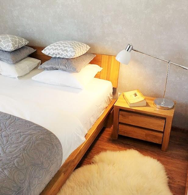 sypialnia minimalizm szara drewno