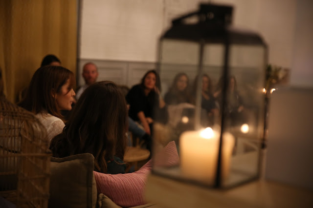 Grupo de personas charlando