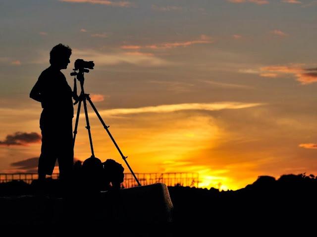 الكاميرا أم المصور