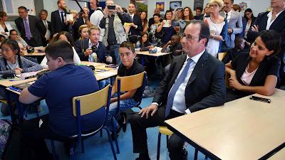 El presidente francés, François Hollande, visita una escuela en Orléans (centro norte) en el primer día de clases. Fuente: AFP.