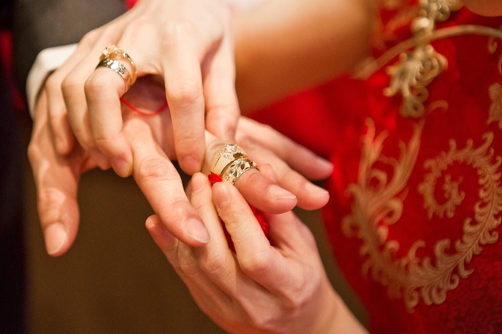 文定儀式戴戒指交換信物