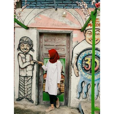 Setiap rumah warga Kampung Tridi tidak ada yang luput dari lukisan mural. Foto oleh @arizkyanna