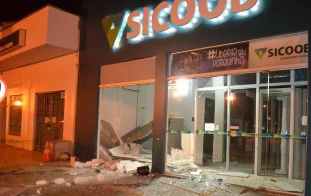 Homens explodem caixa eletrônico durante a madrugada em Vilhena