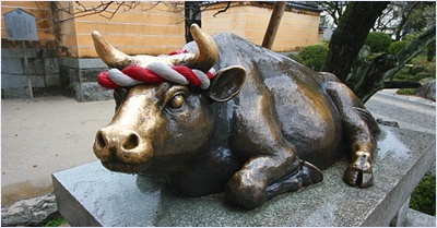 รูปปั้นวัวเทพเจ้าในศาลเจ้าดาไซฟุ (Dazaifu Tenmangu Shrine)