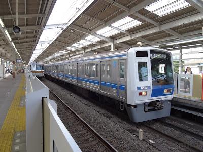和光市駅停車中の西武6000系
