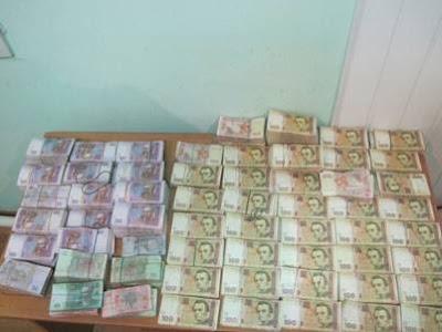 46-річний житель Луганської області приховав 850 тисяч гривень в конструктивних нішах свого мікроавтобуса.