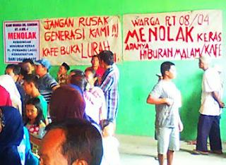 gambar demo Warga Wangandowo Pekalongan minta pembubaran tempat karaoke didesanya