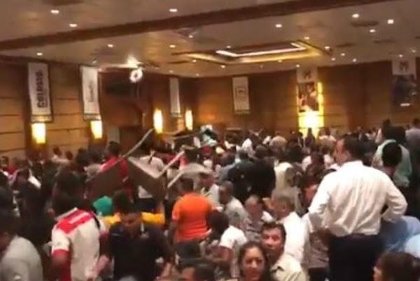 PRIÍSTAS SE AGARRAN A SILLAZOS EN NUEVO LEÓN (VIDEO)