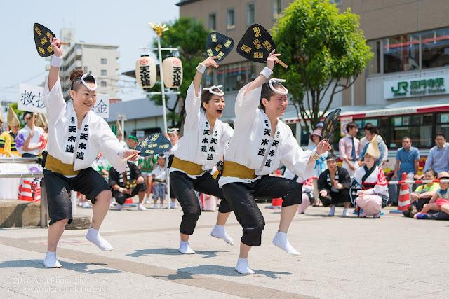高円寺北口広場、阿波踊り、東京天水連の舞台踊りの写真