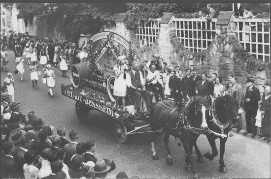 """Winzerfest 1932 - Motivwagen """"Trinkt Bensheimer Wein"""", Nachlass Joseph Stoll, Fotoalbum Winzerfest 1932 lfd. No. 006.jpg"""