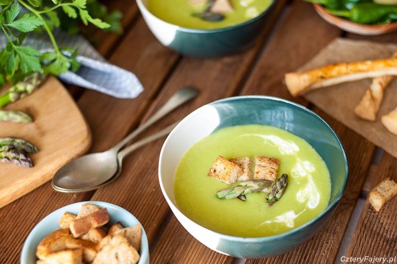 Zupa-krem-ze-szparagow-z-grzankami-ziolowymi