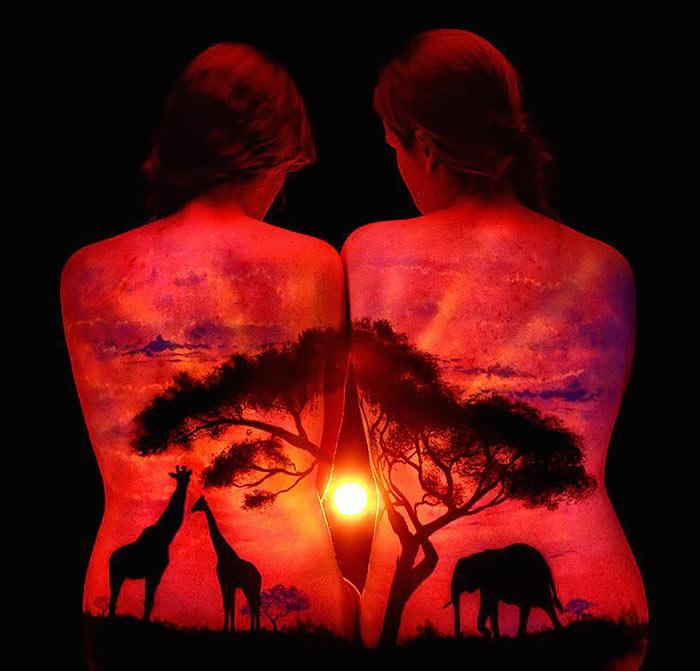 Impresionantes pinturas corporales que brillan bajo las luces negras de John Poppleton