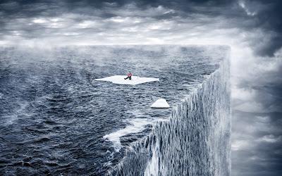 El Mar en Su Borde Final con Hombre encima de Trozo de Hielo