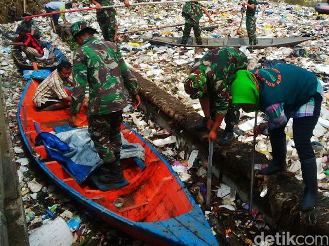 Prajurit Kodam III Siliwangi Lakukan 'Operasi Non Militer' di Sungai Citarum