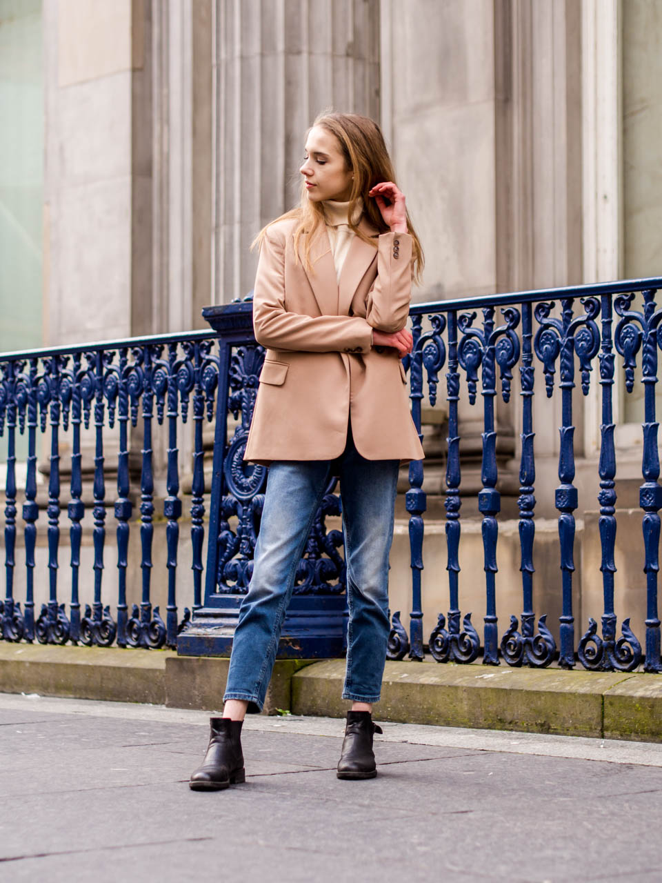 Autumn outfit with mom jeans, cream turtleneck jumper and camel blazer - Syyasasu farkkujen, beigen pooloneuleen ja kamelinvärisen bleiserin kanssa
