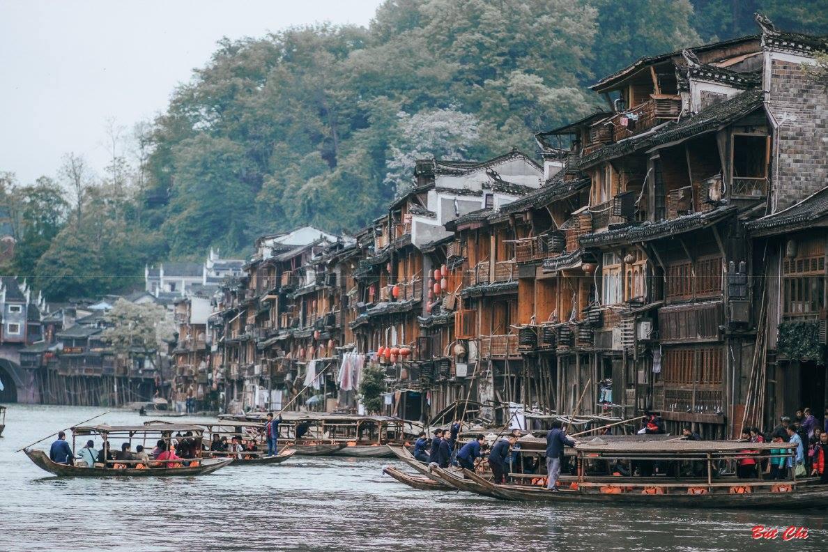 Du thuyền trên dòng Đà Giang