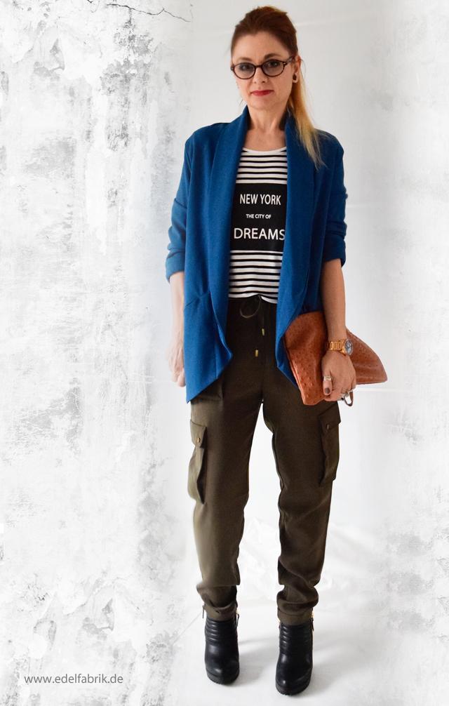 Olivgrüne Military Cargohose mit Streifenshirt und blauem Blazer, Outfit, die Edelfabrik