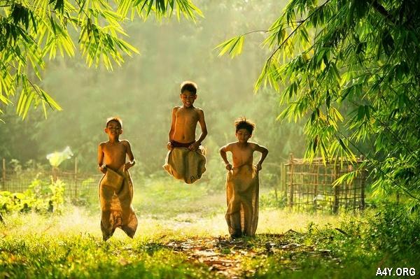 trẻ con đùa chơi nơi làng quê