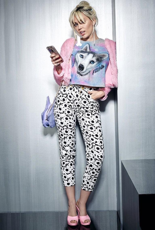 dfe84629877 Celebrity Shoe Style  Miley Cyrus Rocks Melissa Shoes + Jeremy Scott  Inflatable Mules