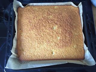 Backen mit Kindern: Fantakuchen - Der Teig wird gebacken, bis er goldgelb ist.