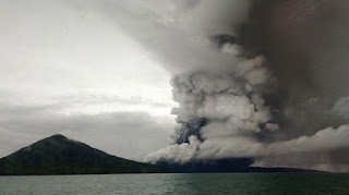 Foto Gunung Anak Krakatau diambil pada Rabu (26/12/2018) - Foto/AFP