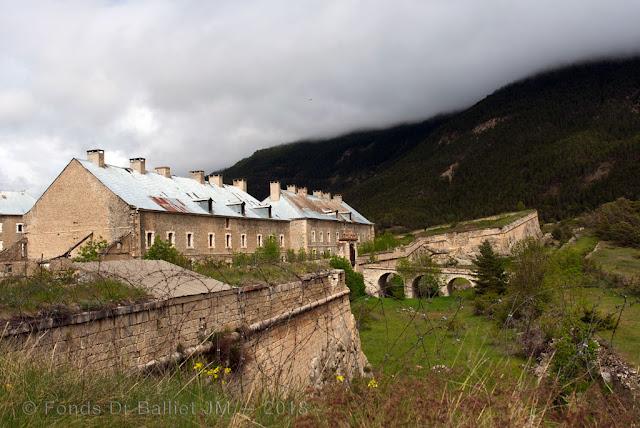 Place de Briançon — Casernes du fort des Têtes (front de secours) construites à l'épreuve.