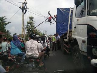 Diseruduk Tronton Tiang listrik bengkok, Jalintim OI Macet Total