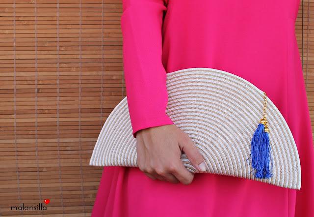 bolso media luna de mano con borlas en azul.