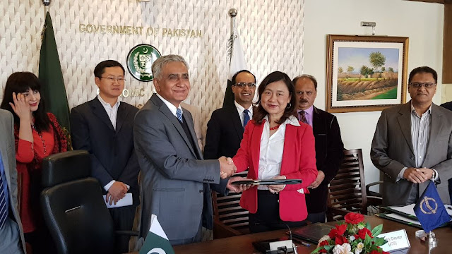 Image Attribute: ADB Country Director for Pakistan Ms. Xiaohong Yang (right) and Secretary of the Economic Affairs Division Mr. Noor Ahmed (left) after the signing. / Source: ADB