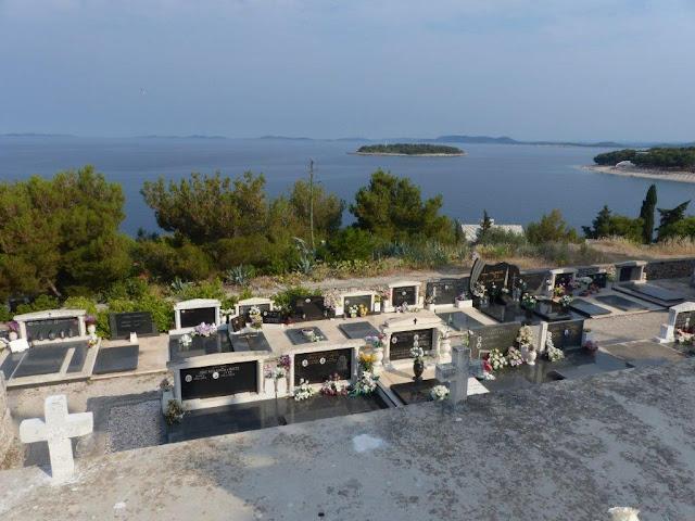 Primosten Kroatien Urlaub Camping Roadtrip Zelten Friedhof Dalmatien