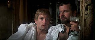 Darnley (Timothy Dalton) y Riccio (Ian Holm) en la versión de 1971, María Reina de Escocia