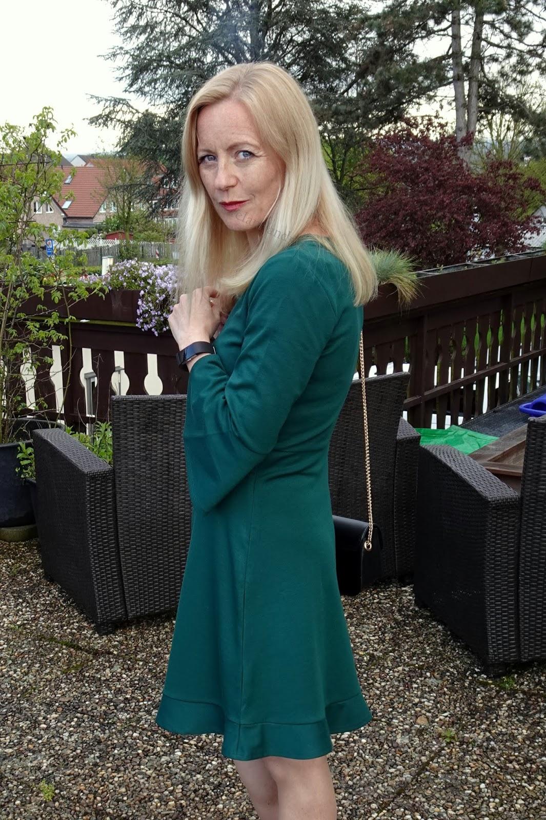 grünes kleid mit trompeten - Ärmel