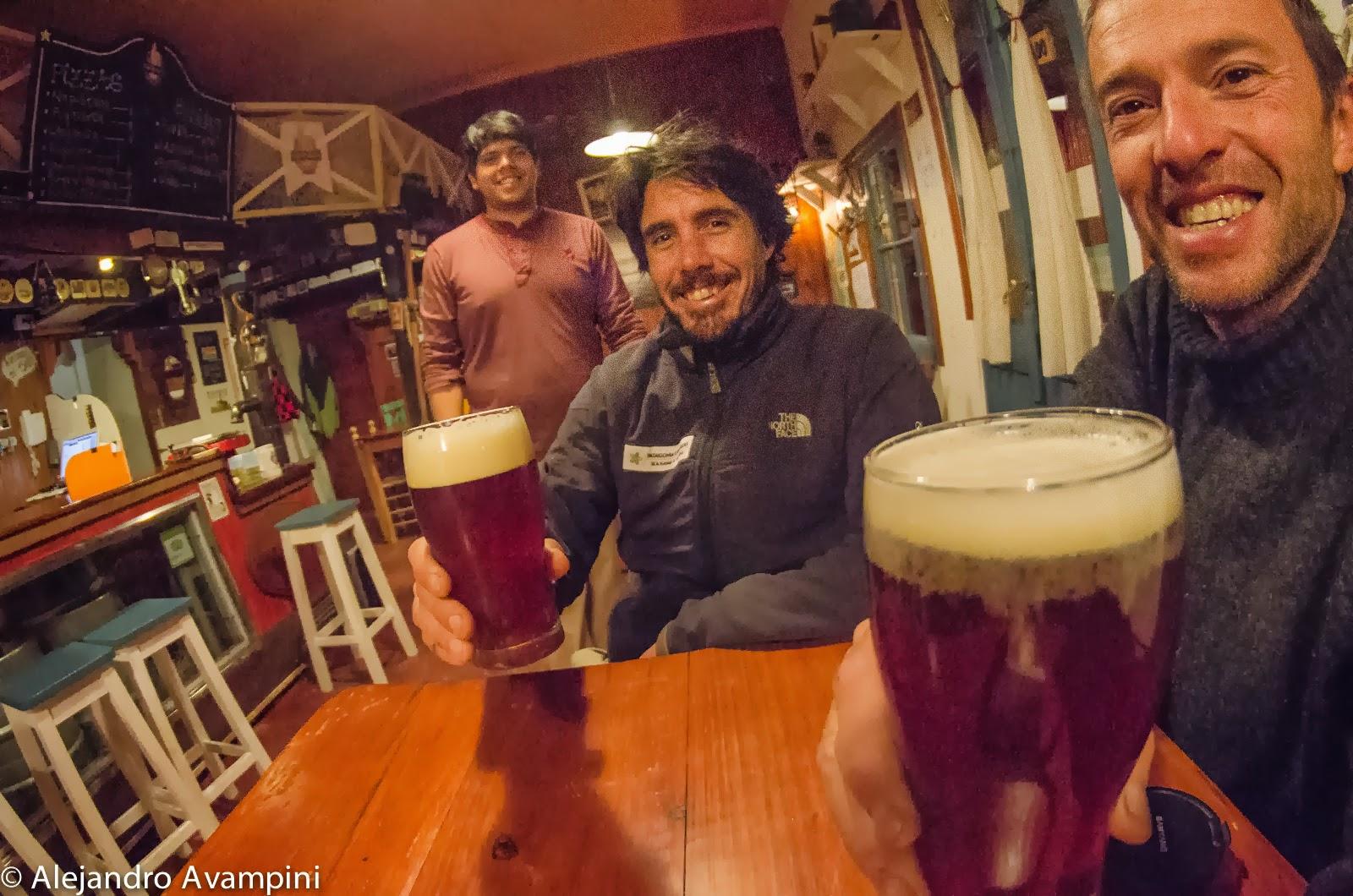 Bebiendo cerveza artesanal en Puerto Piramides