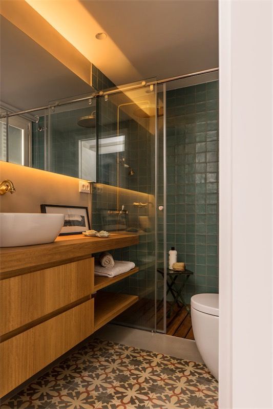 baño con suelo hidraulico chicanddeco