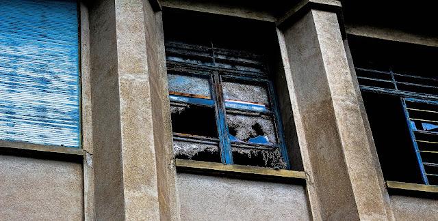 photo d'une des fenetre du sanatorium vu de l'extérieur délabrée et cassée
