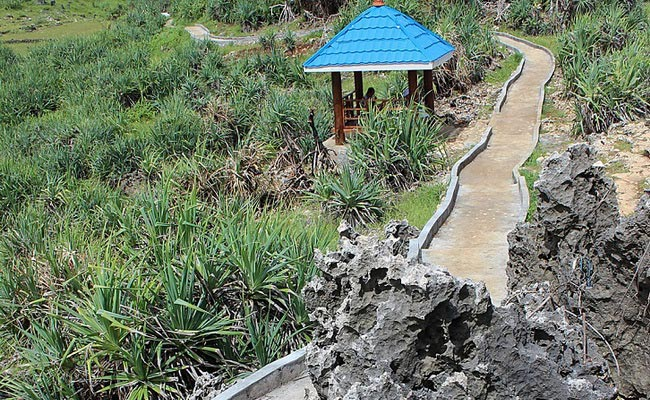 www.xvlor.com Ngeden Beach is hidden coastline and white sand between karst cliffs