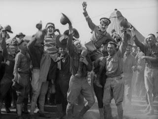 """Кадр из к/ф Чарли Чаплина """"На плечо"""" / Shoulder Arms (1918) - 33"""