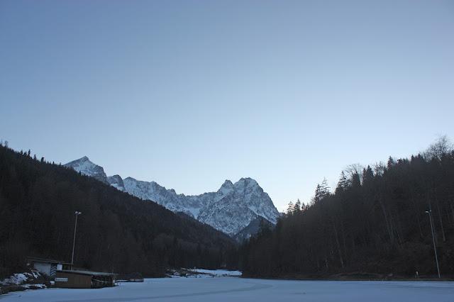 Sonnenuntergang am See - Winterhochzeit im Riessersee Hotel in Garmisch-Partenkirchen, Bayern - Winter wedding in Bavaria, lake-side wedding