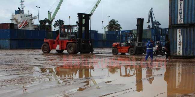 Badan Pusat Statistik (BPS) Maluku mencatat neraca perdagangan luar negeri provinsi itu pada April 2018 mengalami defisit sebesar 39,22 juta dolar AS.